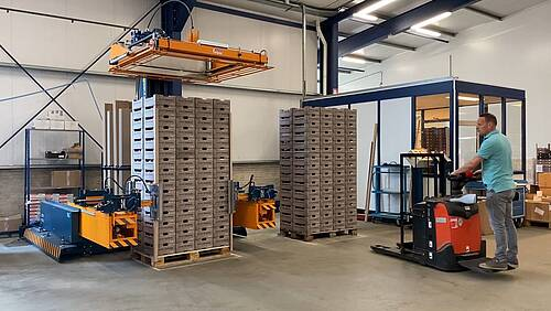 Mobile strapping machine with cornerboards automat